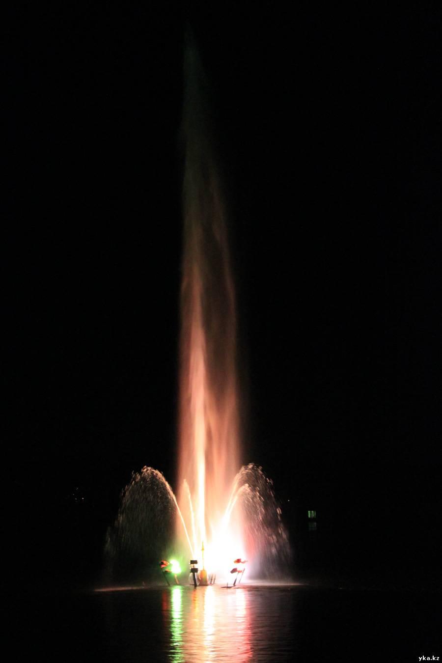 Ночной фонтан в Усть-Каменогорске на иртыше