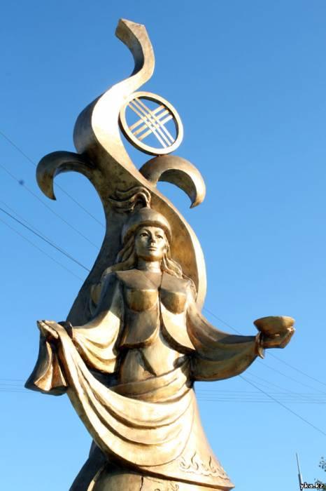 скульптуры Усть-Каменогорска, женщина встречающая добром