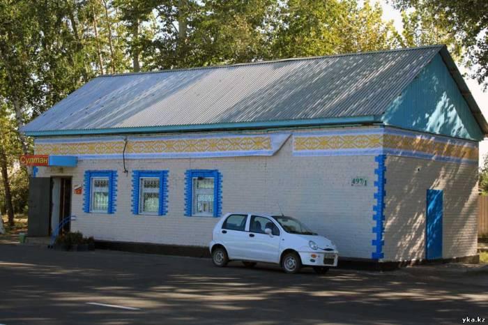 Усть-Каменогорск - Магазины вдоль всего проспекта Независимости украсились новыми фасадами, урнами с цветами и национальным орнаментом