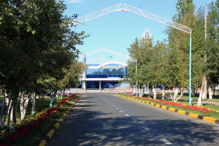 Усть-Каменогорск - Аллея к аэропорту усыпана цветами, появились арочные конструкции с интересной подсветкой