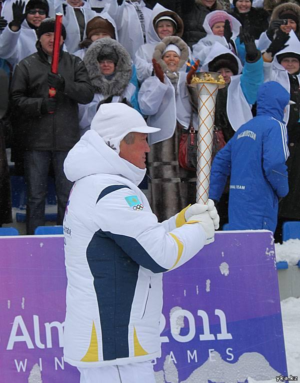 Эстафету огня Азиады 2011 несёт аким ВКО Бердыбек Сапарбаев