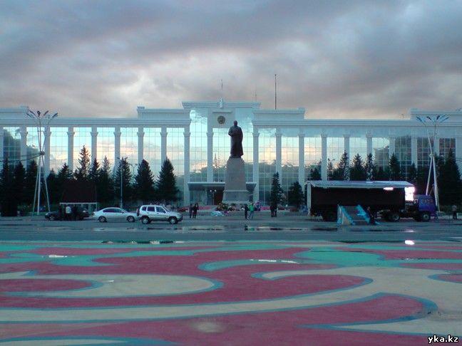 Памятник Абаю в Усть-Каменогорске