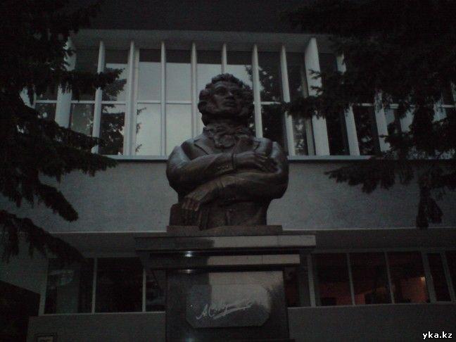 Памятник Пушкину в Усть-Каменогорске рядом с городской библиотекой им. А.С. Пушкина