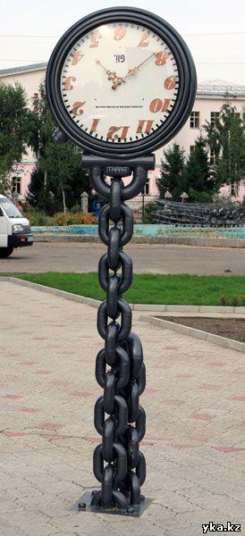 Перевернутые часы -скульптуры Усть-Каменогорска