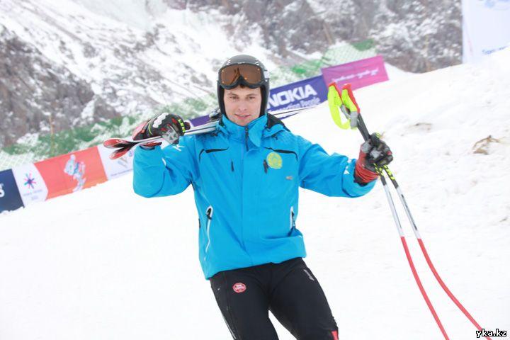 Закурдаев Игорь выигрывает на горнолыжной трассе в слаломе гиганте