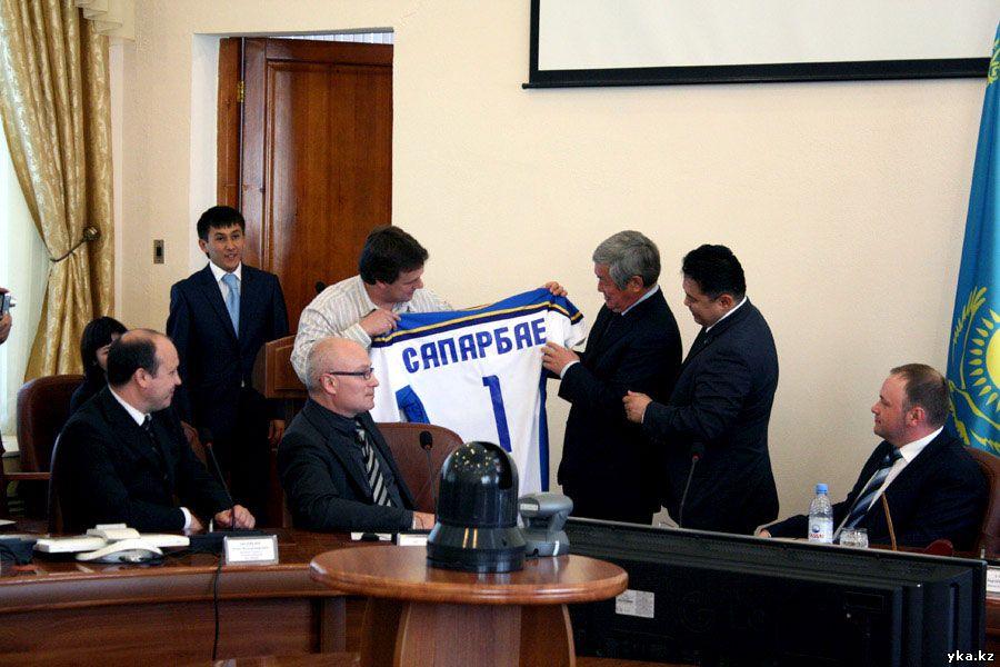 Сапарбаев получает майку Казцинк торпедо Усть-Каменогорск с номером 1
