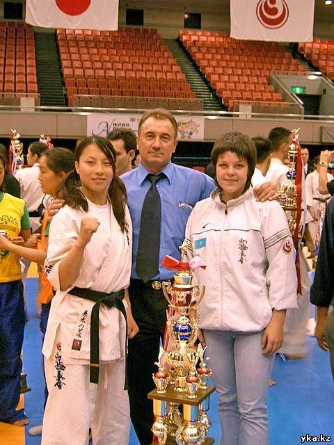 Александ Медведев в центре, справа Альбина Орехова - ученица Александра Медведева, фото с сайта http://www.shinkarate.kz/